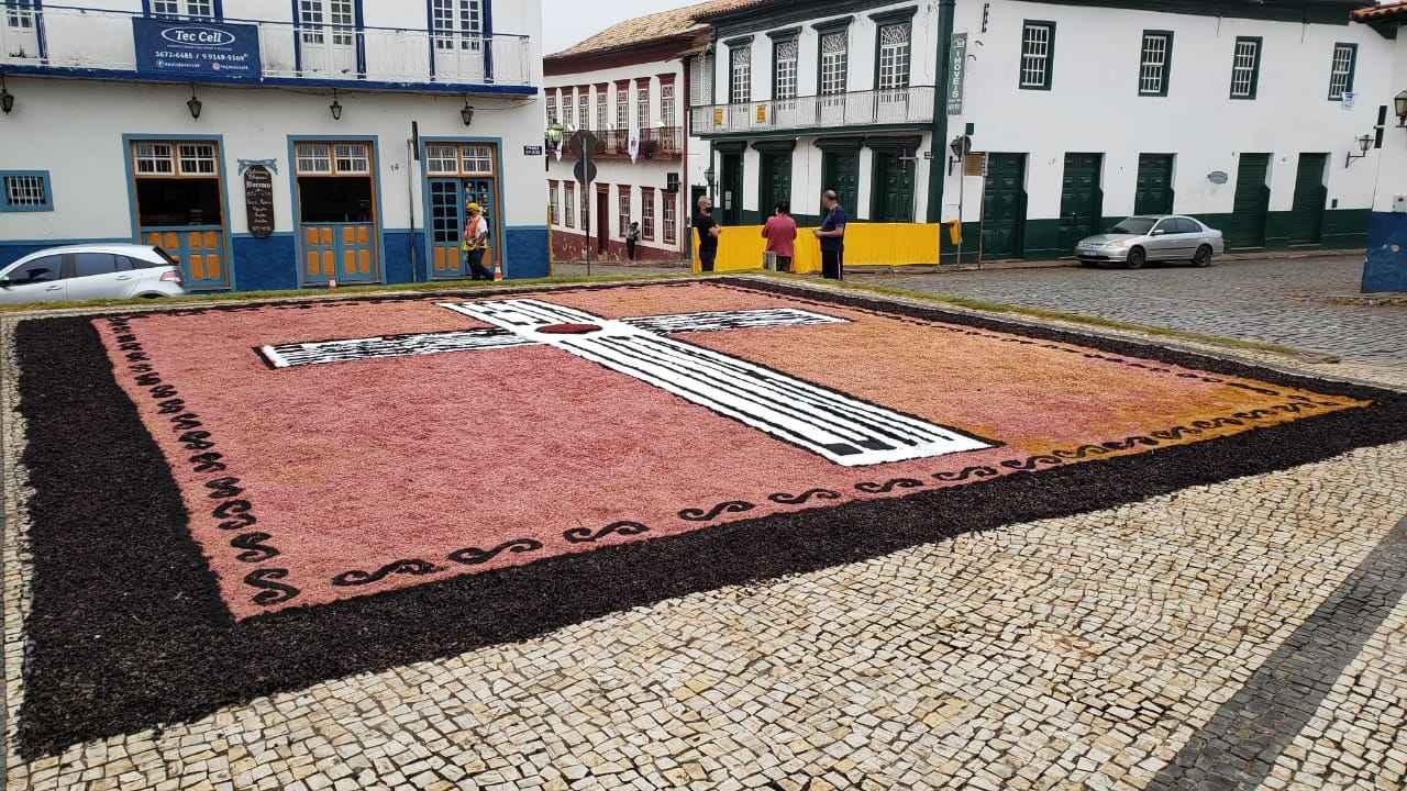 Corpus Christi: Tradição de Sabará faz Tapete com cascas de jabuticaba